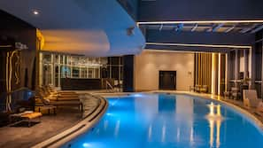 Una piscina cubierta (de 7:00 a 21:00), tumbonas
