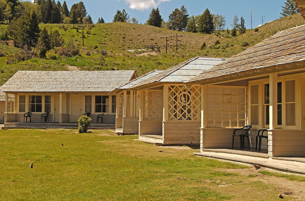 Room, Mammoth Hot Springs & Cabins - Inside the Park