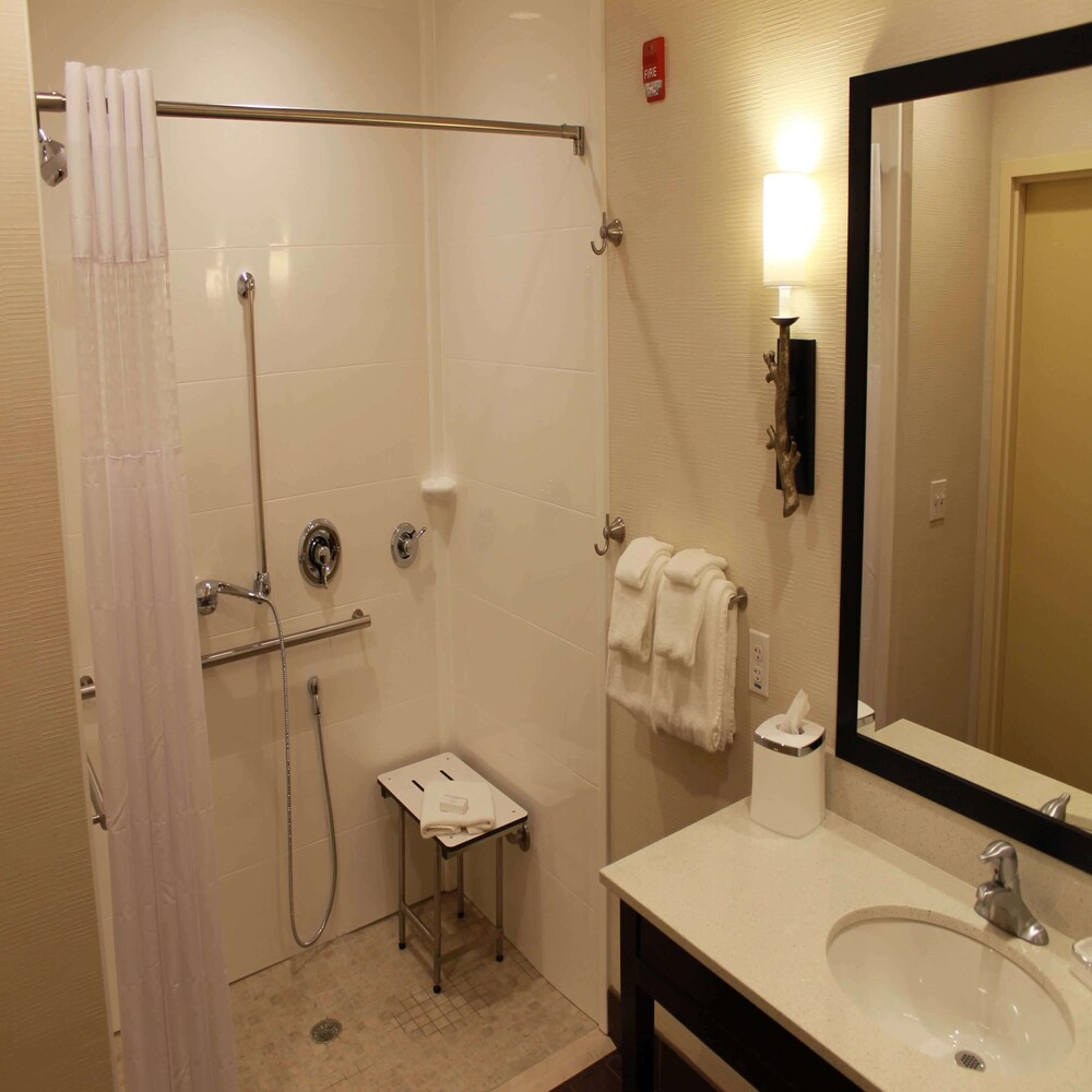 Bathroom, Hampton Inn & Suites Stroudsburg Bartonsville