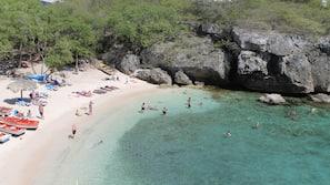 Aan het strand, wit zand, ligstoelen aan het strand, duiken