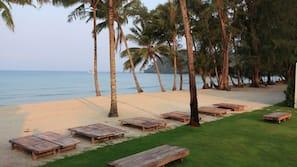 บนชายหาด, เก้าอี้อาบแดด, ผ้าเช็ดตัวชายหาด, นวดบนชายหาด