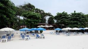 在海滩、沙滩椅、海滩遮阳伞、沙滩毛巾