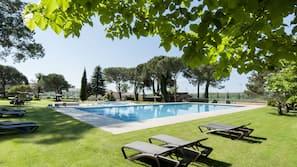 Una piscina al aire libre (de 11:00 a 20:00), sombrillas, tumbonas