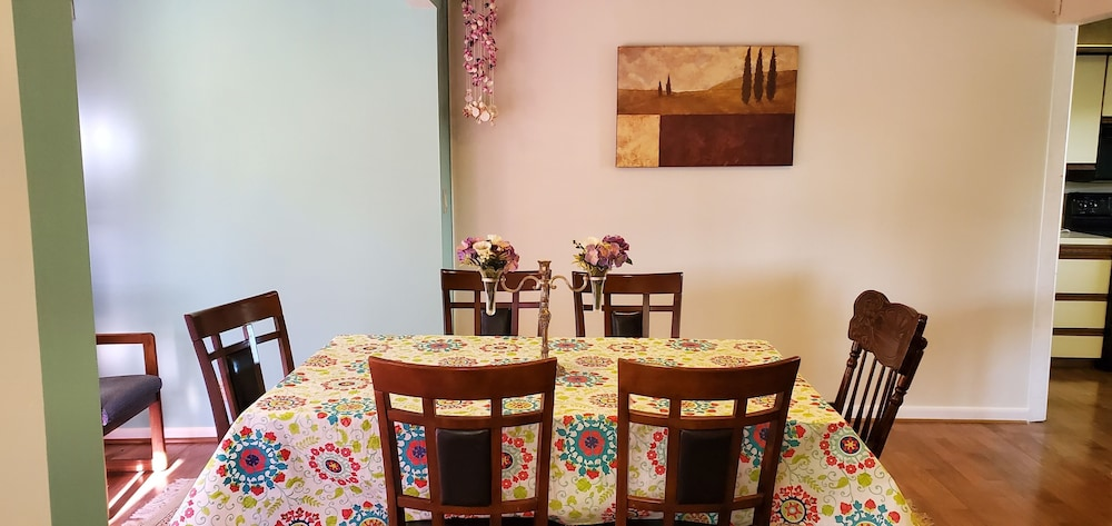 In-Room Dining, Pinebrook Motel