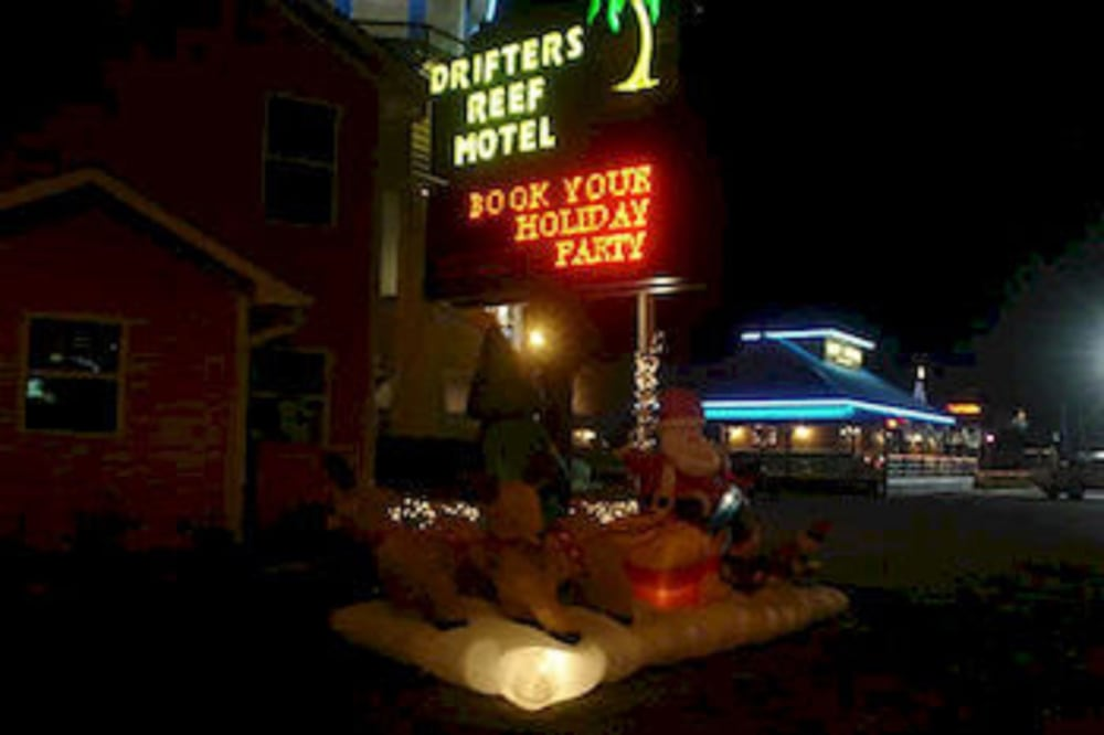 Front of Property - Evening/Night, Drifters Reef Hotel