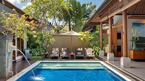 4 kolam renang outdoor, dengan kursi berjemur