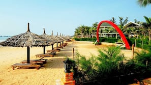 Bãi biển riêng, cát trắng, ghế dài tắm nắng, dù trên bãi biển