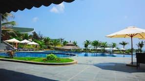 3 hồ bơi ngoài trời