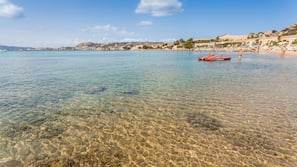 Plage privée, snorkeling, beach-volley, voile