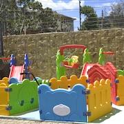Lasten leikkialue ulkona