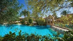 4 piscine all'aperto, ombrelloni da piscina, lettini