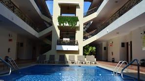 Una piscina al aire libre (de 8:00 a 21:00), tumbonas