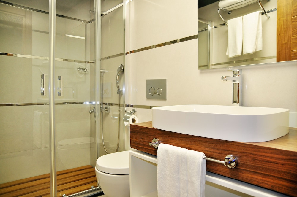 Bathroom, Avin Hotel