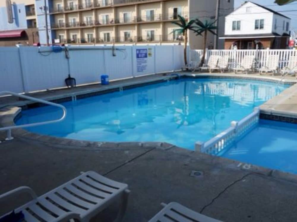 Outdoor Pool, Island Breeze Motel
