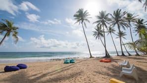 Een privéstrand, wit zand, massages op het strand, een strandbar