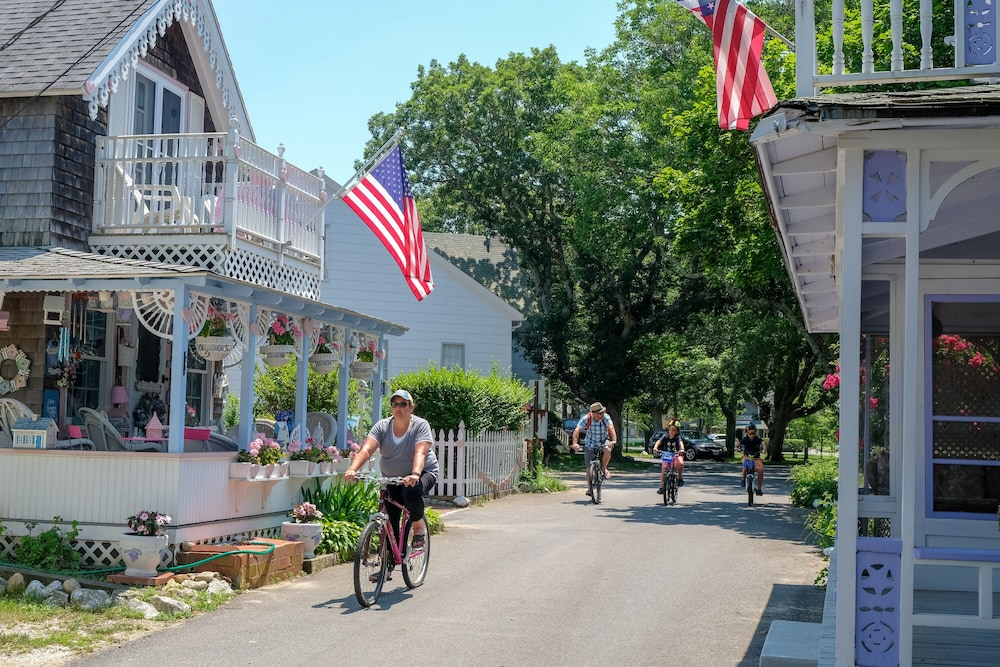 Bicycling, Pequot Hotel