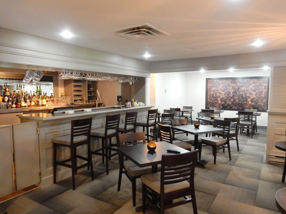 Bar, Danny's Hotel Suites, SureStay Collection by Best Western