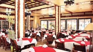 Breakfast, lunch and dinner served, international cuisine