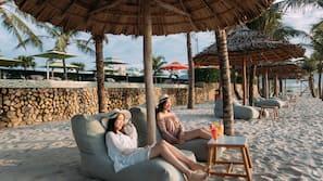 근처 해변, 일광욕 의자, 비치 파라솔, 비치 타월