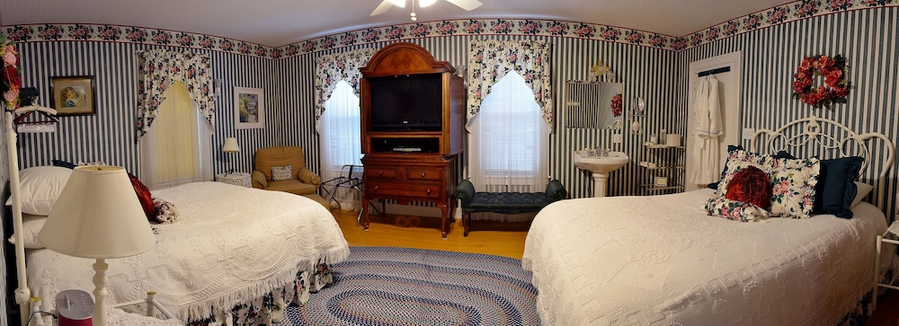 Room, 1862 Seasons on Main Bed and Breakfast
