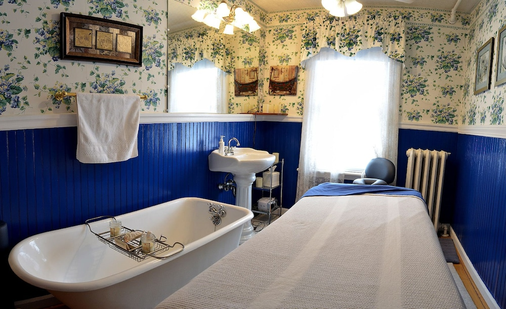 Bathroom, 1862 Seasons on Main Bed and Breakfast