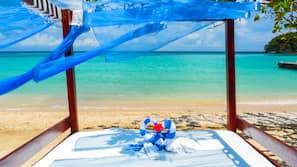 Plage privée, cabines (en supplément), parasols, serviettes de plage