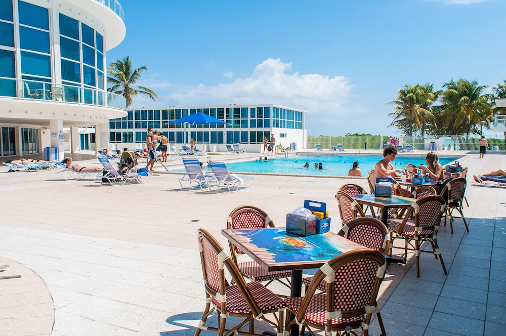 Poolside Bar, Beach Apartments - Free Parking