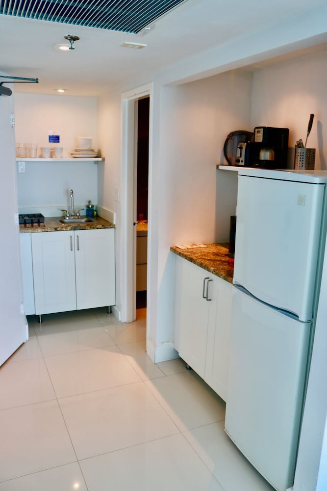 Private Kitchen, Beach Apartments - Free Parking