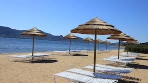 Playa privada, tumbonas, sombrillas y yoga en la playa