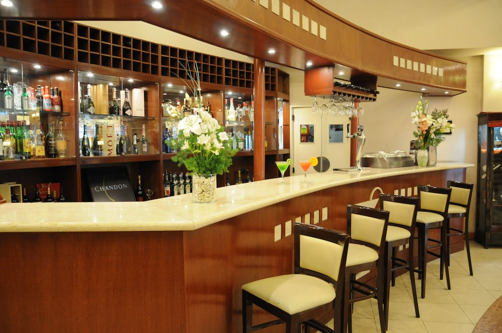 Bar, InterTower Hotel