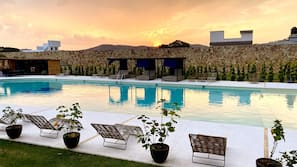 Una piscina al aire libre (de 9:00 a 18:00), tumbonas