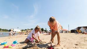 Vlak bij het strand, waterskiën, vissen