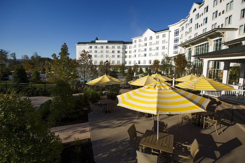 Outdoor Dining, Dollywood's DreamMore Resort