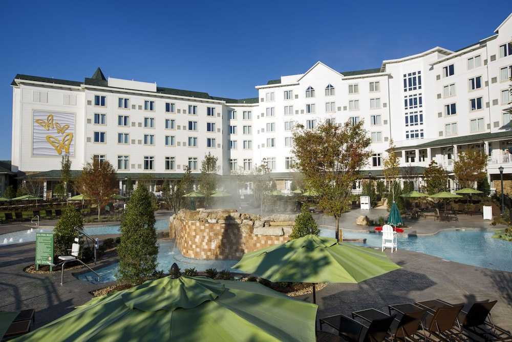 Outdoor Spa Tub, Dollywood's DreamMore Resort