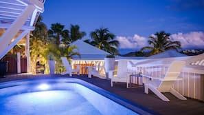 2 piscines extérieures, parasols de plage, chaises longues