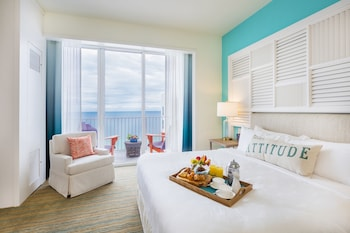 One Bedroom Deluxe Ocean View Suite King bed - Guestroom