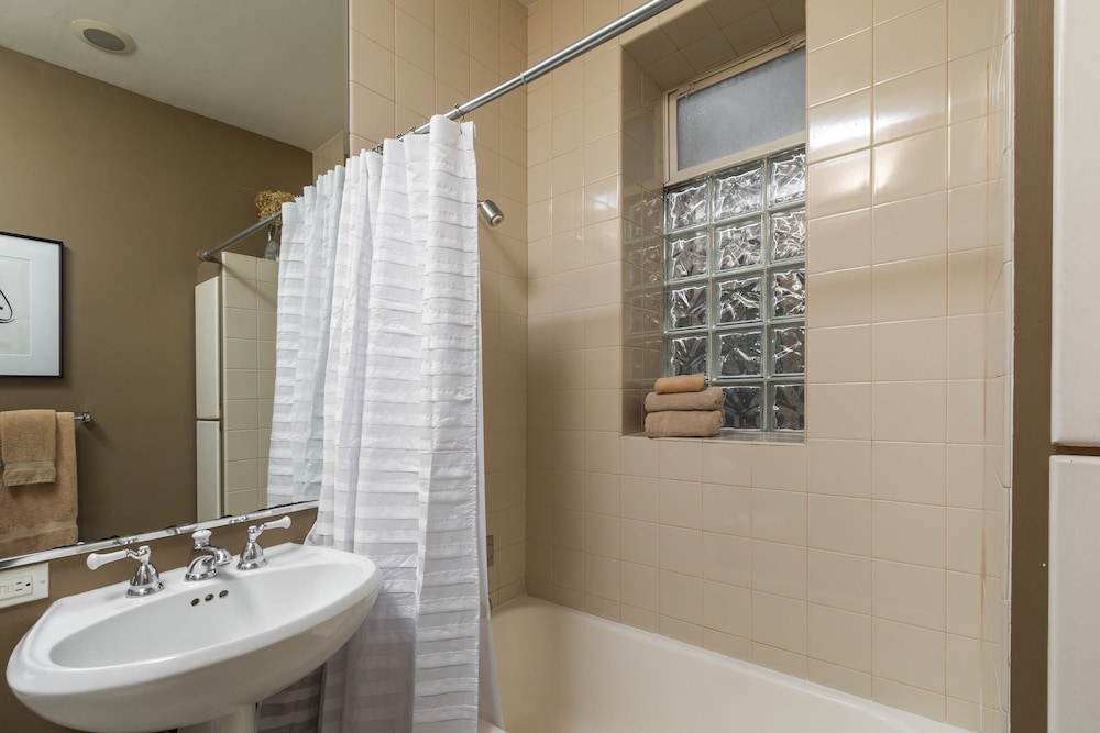Book chicago guest house on newport avenue chicago hotel for Z gallerie bathroom guest book