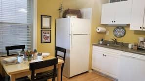 Frigorifero, microonde, piano cottura, lavastoviglie