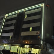 호텔 정면 - 저녁/밤