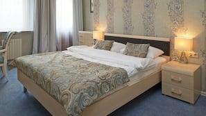 房內夾萬、書桌、熨斗/熨衫板、摺床/加床 (收費)
