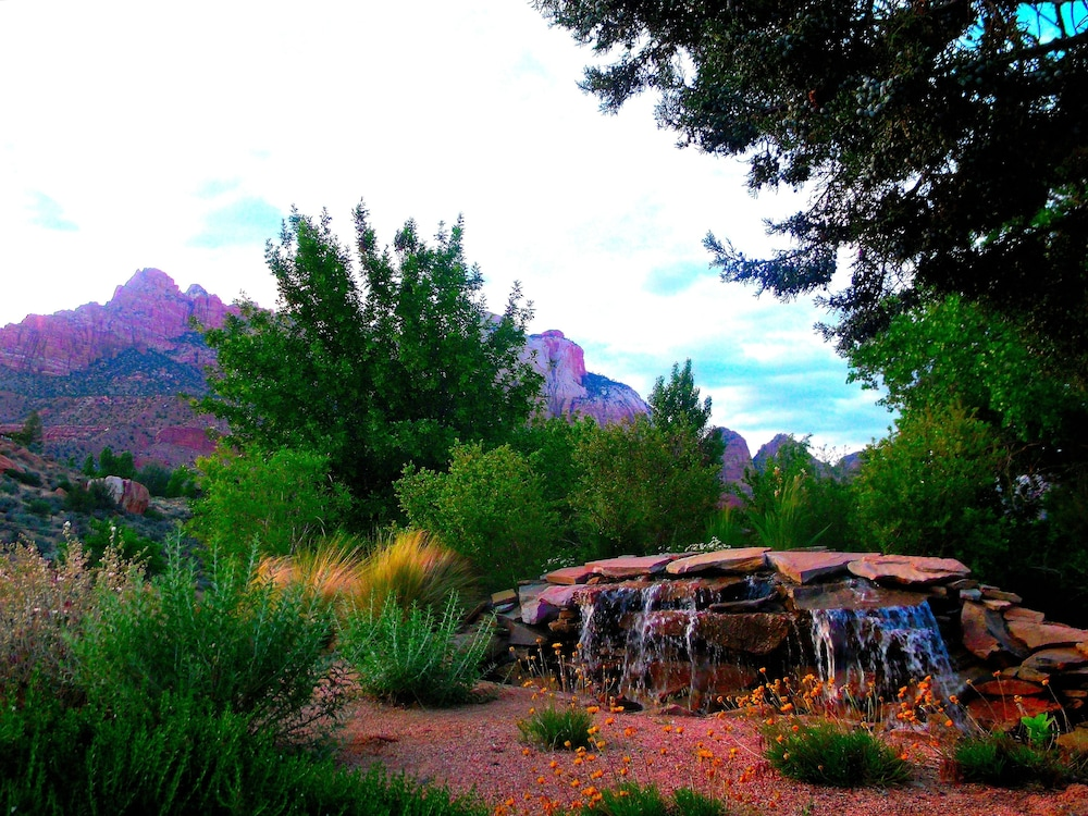 Fountain, Canyon Vista Lodge
