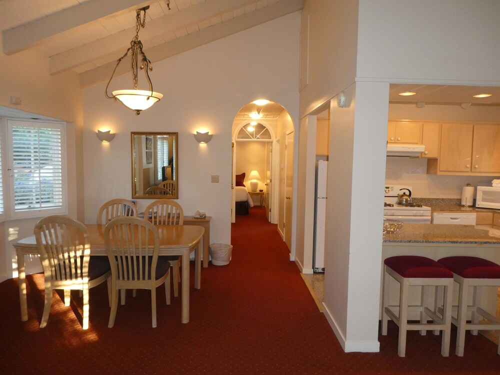 In-Room Dining, Briarwood Inn