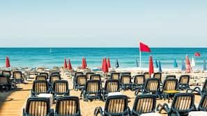 Privat strand, solsenger, parasoller og strandhåndklær