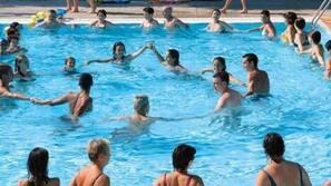 Een seizoensgebonden buitenzwembad, een aquatisch centrum