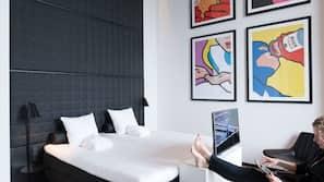 Een kluis op de kamer, een bureau, een strijkplank/strijkijzer
