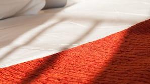 Minibaari, tallelokero huoneessa, työpöytä, vauvansängyt