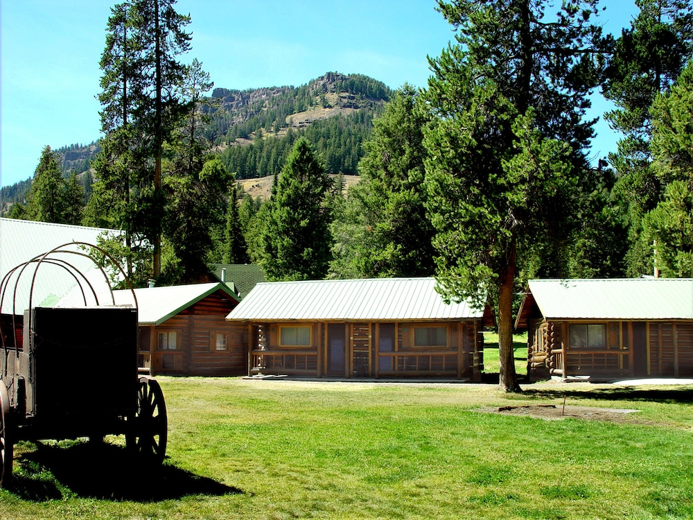 Book pahaska tepee resort yellowstone national park for Yellowstone hotel and cabins