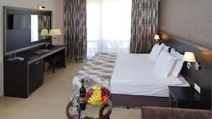 Premium bedding, minibar, desk, WiFi