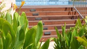 Una piscina al aire libre (de 7:00 a 22:00), tumbonas