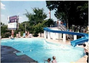 Outdoor Pool, Colonial Mountain Inn